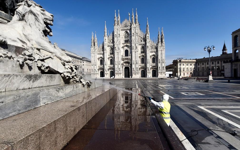Praça da Catedral de Milão, vazia, é lavada por um funcionário, em 31 de março de 2020 — Foto: Flavio Lo Scalzo/Reuters