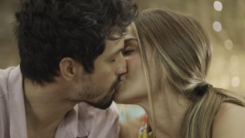 Paloma (Grazi Massafera) se declara e beija Marcos (Romulo Estrela) — Foto: TV Globo