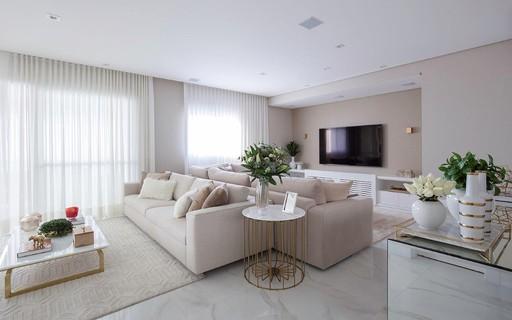 Decoração de apartamento tem tons neutros com toques de brilho