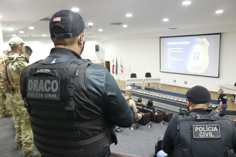 Operação integrada entre as polícias Civil e Militar cumpre, na manhã desta quinta-feira (26), mandados em Salvador e interior da Bahia — Foto: Vitor Barreto/SSP-BA