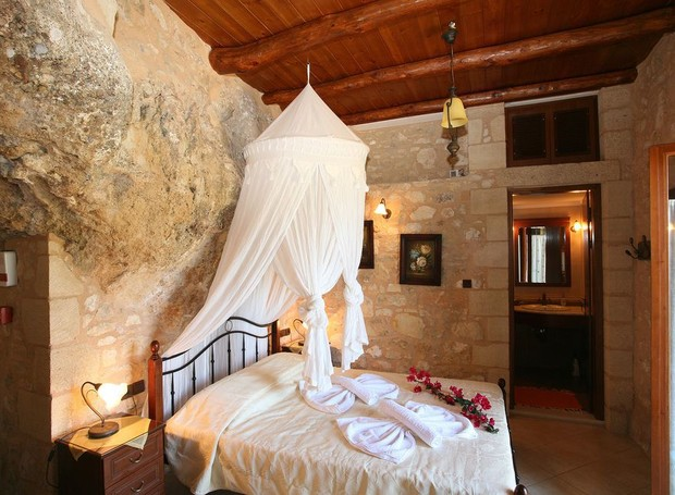 A construção em pedra dá um ar rústico e elegante à caverna (Foto: Airbnb/ Reprodução)