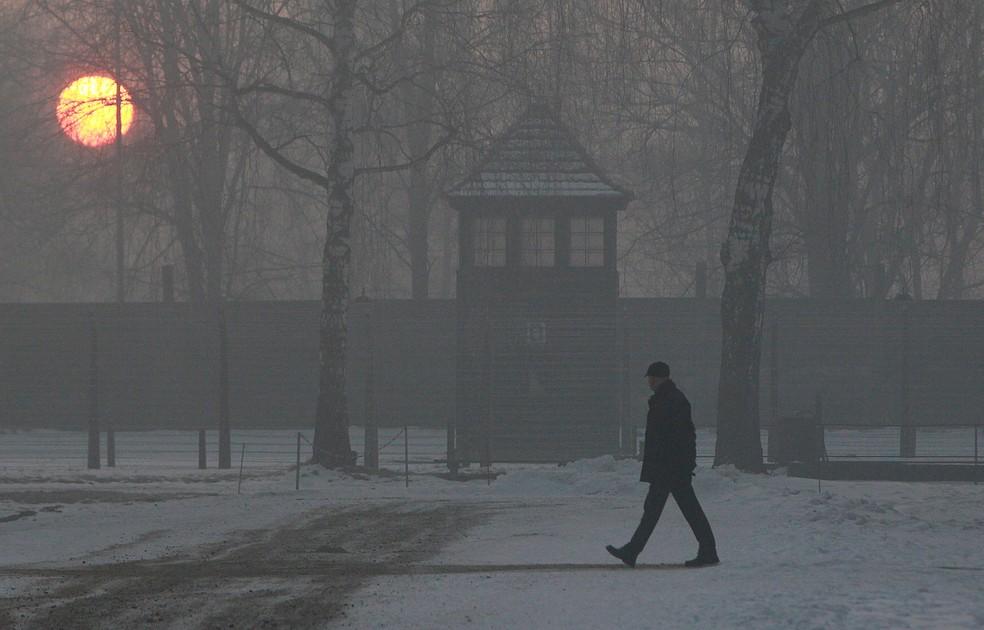 -  Homem visita o campo de concentração Auschwitz-Birkenau Oswiecim, na Polônia  Foto: Czarek Sokolowski/AP