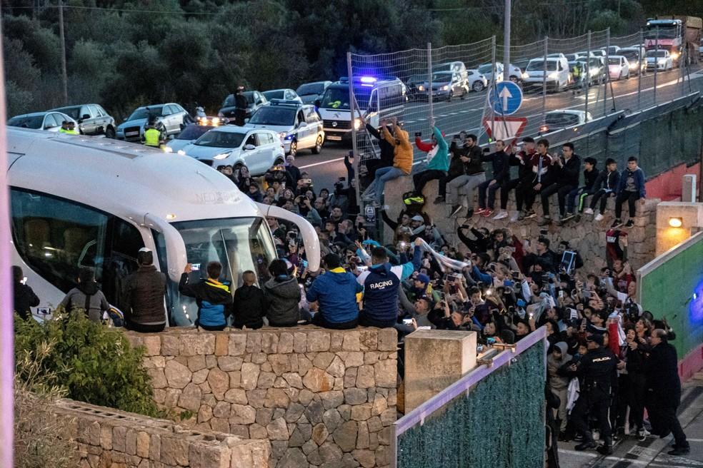 Torcedores recebem ônibus com a delegação argentina em Mallorca — Foto: EFE/ Cati Cladera
