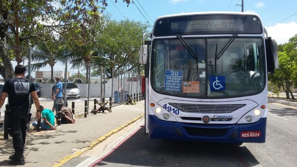 Motorista parou ônibus em frente a CDP e pediu ajuda de agentes para prender suspeitos (Foto: Halana Araújo)