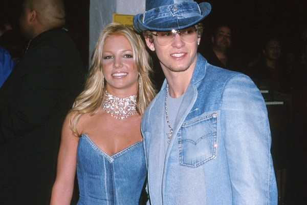 Britney Spears e Justin Timberlake usaram look combinando em 2001 (Foto: Getty Images)
