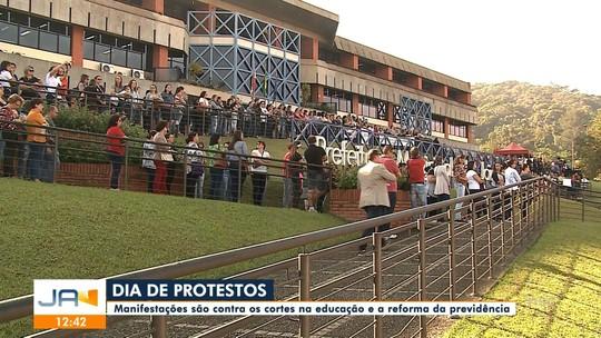 Manhã é marcada por manifestações no centro de Joinville