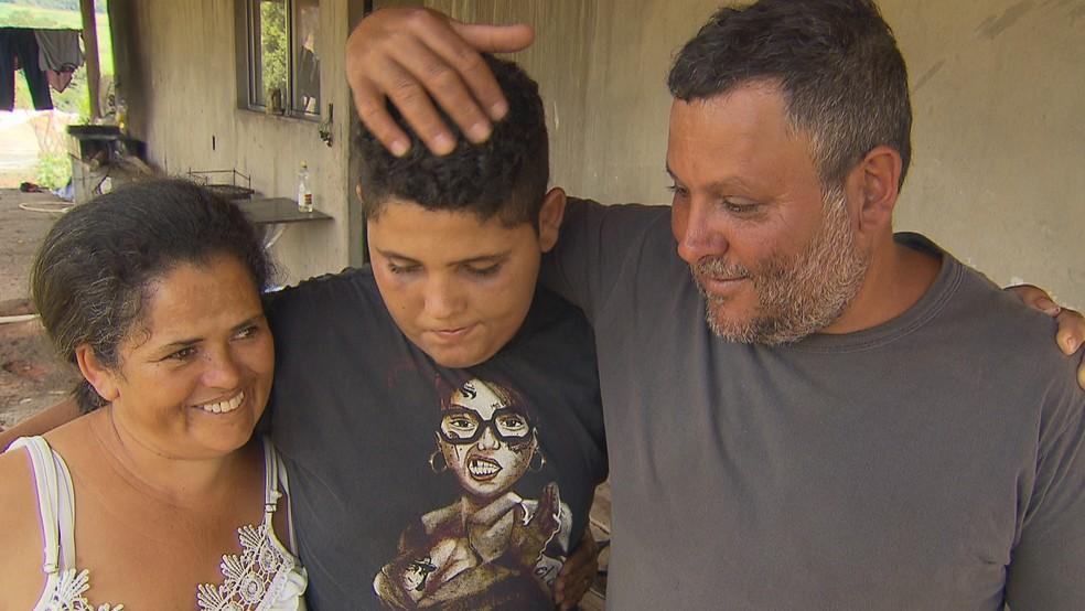 Ronan volta para casa após sobreviver ao rompimento da barragem da Vale, em Brumadinho, e ganha abraço dos pais — Foto: Reprodução/TV Globo
