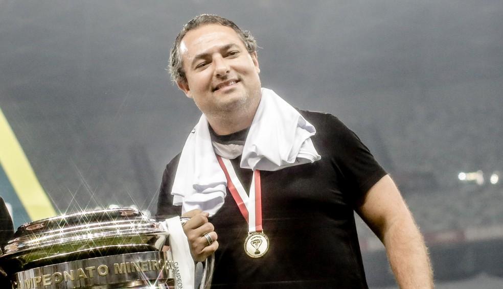 Alexandre Mattos com a taça do Mineiro  — Foto: Cristiane Mattos/FMF