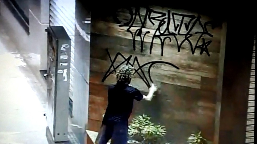 Suspeitos são flagrados fazendo pichações em patrimônios públicos na cidade — Foto: Reprodução/TV Gazeta