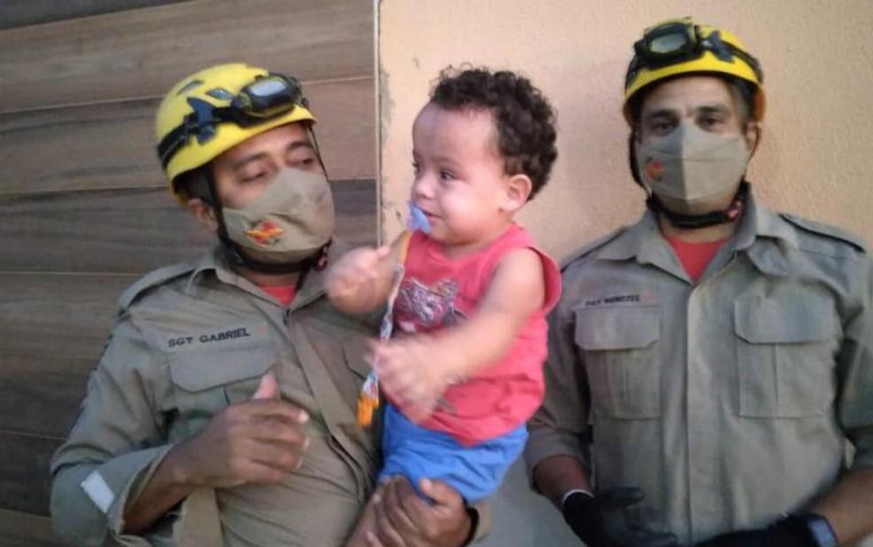 Militares que participaram da ocorrência para retirar a panela de pressão da cabeça da criança, em Anápolis — Foto: Corpo de Bombeiros/Divulgação