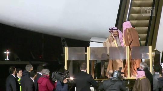 Escada rolante dourada do rei da Arábia Saudita falha em chegada à Rússia