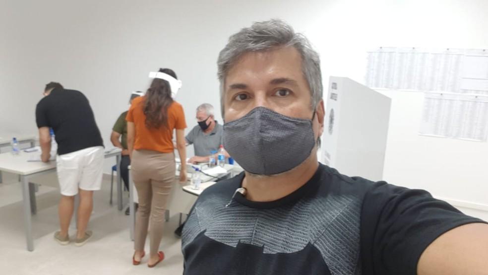 Médico Emílio Hipólito, de 50 anos, afirma que não conseguiu votar em zona de Natal, porque outra pessoa votou no seu lugar. — Foto: Cedida