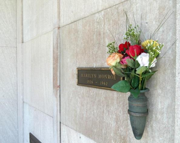 O túmulo da falecida atriz Marilyn Monroe em 26 de julho de 2002 no The Westwood Village Memorial Park and Mortuary em Westwood, Califórnia (Foto: Getty Images)