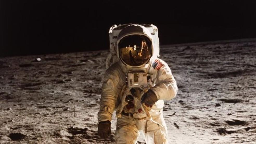 Buzz Aldrin andando na Lua, em 20 de julho de 1969; Nasa pretende voltar à superfície lunar em 2024 — Foto: Nasa