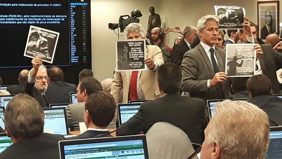 Deputados de oposição protestam durante sessão da CCJ da Câmara que votou o relatório que recomenda a rejeição da denúncia contra o presidente Michel Temer (Foto: Fernanda Calgaro / G1)