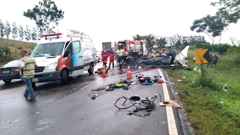Acidente na BA-093 deixou Kombi destruída, na região metropolitana de Salvador  — Foto: Divulgação/Graer