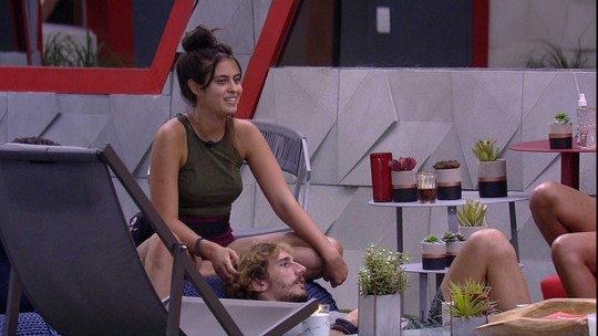 Enquanto acaricia cabelos de Alan, Hana fala sobre signos com brothers