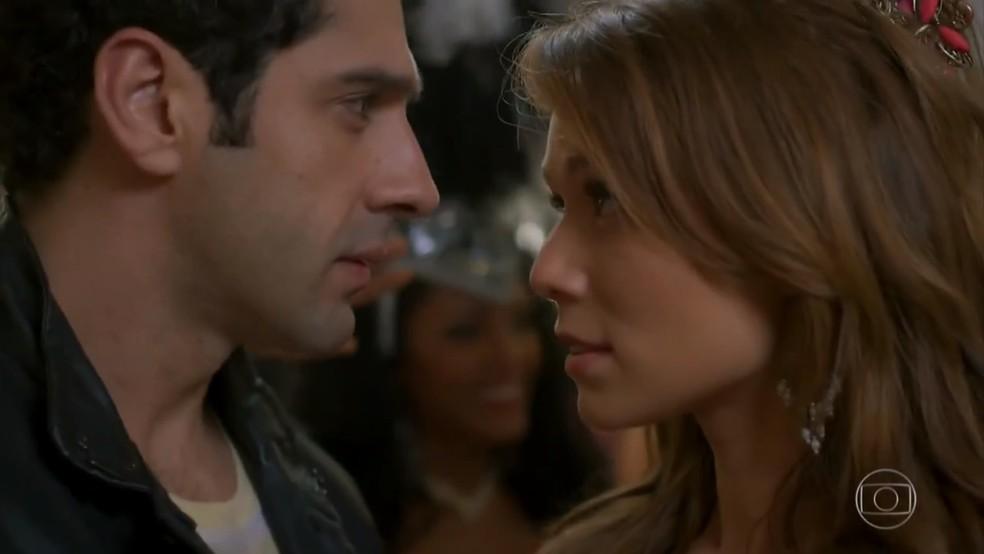 Beto (João Baldasserini) e Tancinha (Mariana Ximenes) se aproximam - 'Haja Coração' — Foto: Globo