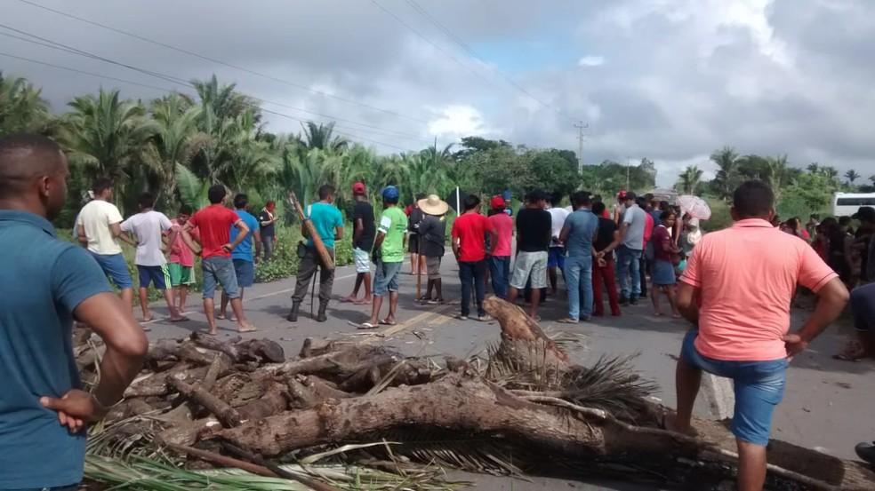 Bloqueio foi o início de uma série de mobilizações que os índios estão fazendo contra mudanças no atendimento de saúde nas aldeias.  — Foto: Erisvaldo Santos/ TV Mirante