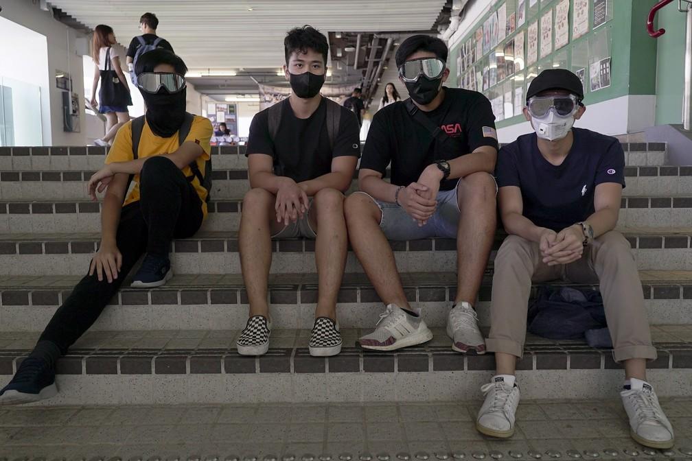 Charlie W. (camiseta amarela) e amigos antes de manifestação em Hong Kong — Foto: Claudia Jardim/BBC