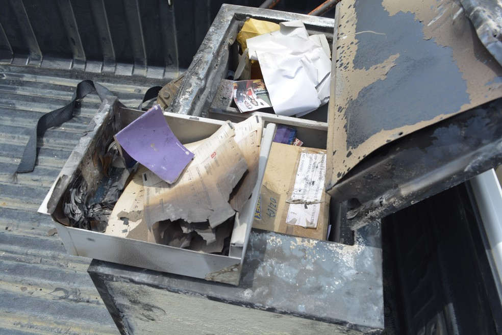 Cofre estava com documentos de empresa (Foto: Diêgo Holanda/G1)