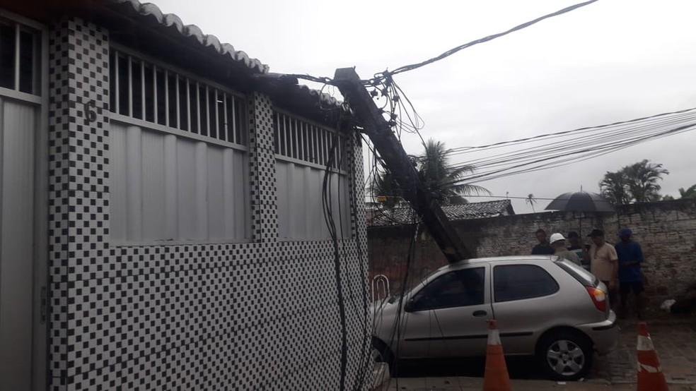 Estrutura atingiu carro e casa na Rua Luiz Gonzaga — Foto: Julianne Barreto/Inter TV Cabugi