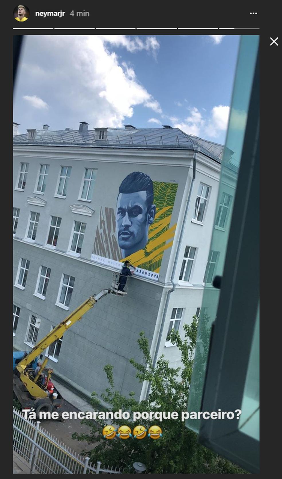 Neymar brinca com pintura com seu rosto em Kazan (Foto: Reprodução)
