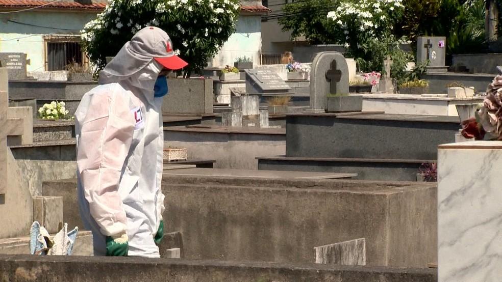 Equipes já trabalham com equipamentos de proteção individual em cemitérios do ES — Foto: Reprodução/TV Gazeta