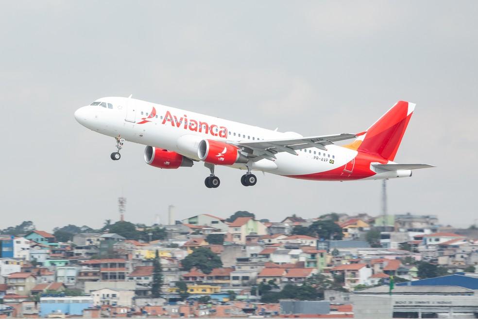 Avião da companhia aérea Avianca decola no Aeroporto Internacional São Paulo - Cumbica (GRU), em Guarulhos — Foto: Celso Tavares/G1