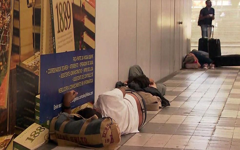 Passageiros dormem no Aeroporto de Congonhas após terminal fechar devido a chuva — Foto: Reprodução/TV Globo