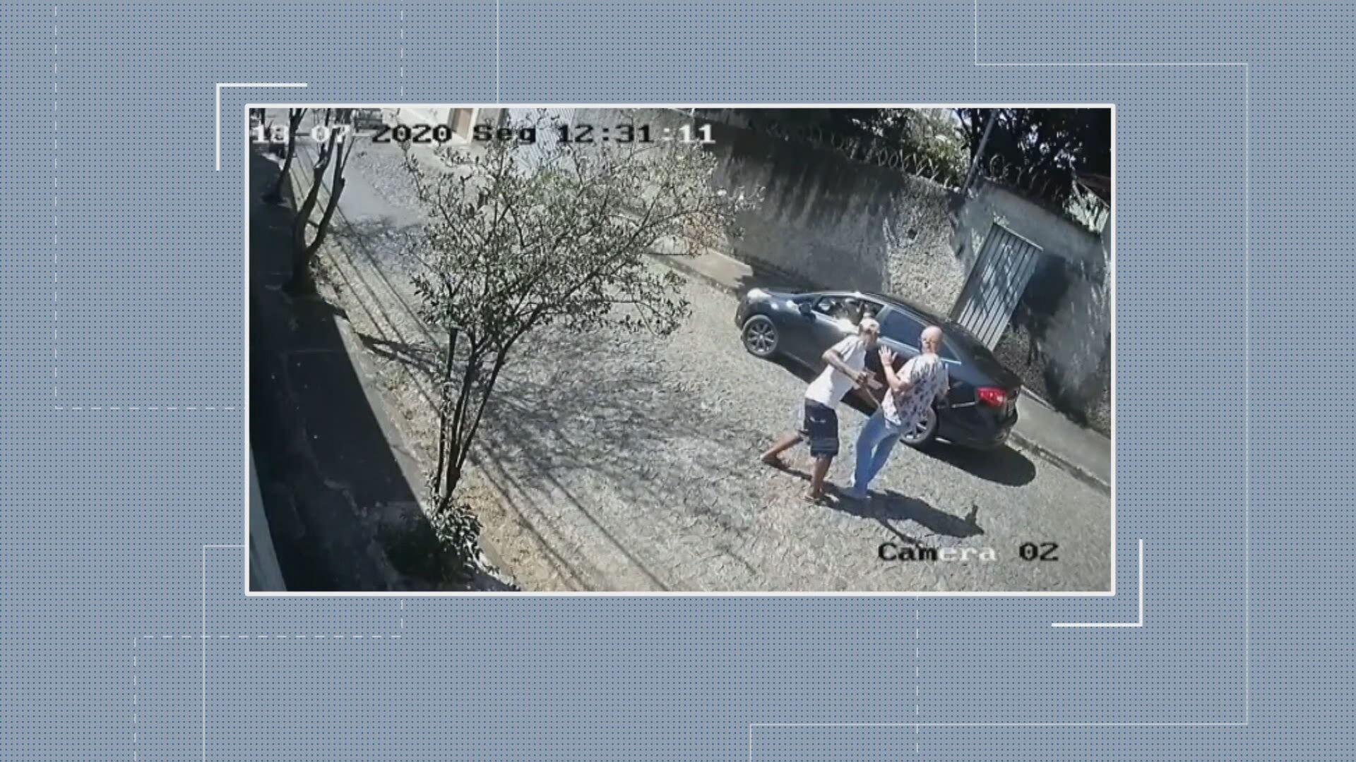 Vídeo mostra homem tendo carro roubado no bairro Salgado Filho, em Belo Horizonte