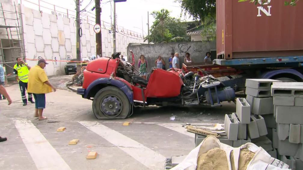 Cabine do caminhão ficou destroçada â?? Foto: Reprodução/TV Globo