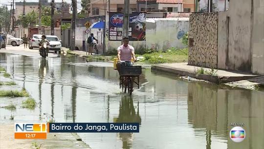 Moradores denunciam vazamento de esgoto que alaga rua e corre para o mar de Paulista