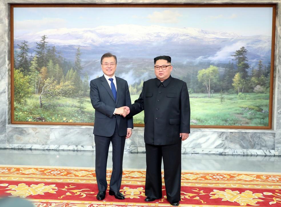 O presidente da Coreia do Sul, Moon Jae-in, e o líder norte-coreano Kim Jong Un durante encontro em Panmunjom (Foto: Reuters)