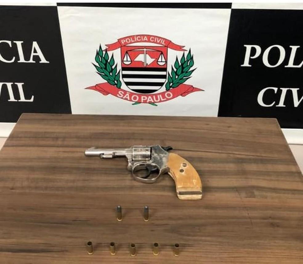 Suspeito se apresentou à polícia e entregou a arma utilizada para matar o agente em Palmital  — Foto: Polícia Civil/Divulgação