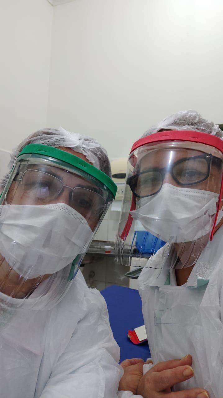 Com garrafas PETs, médica e amiga criam protetores faciais para funcionários de hospital no Acre