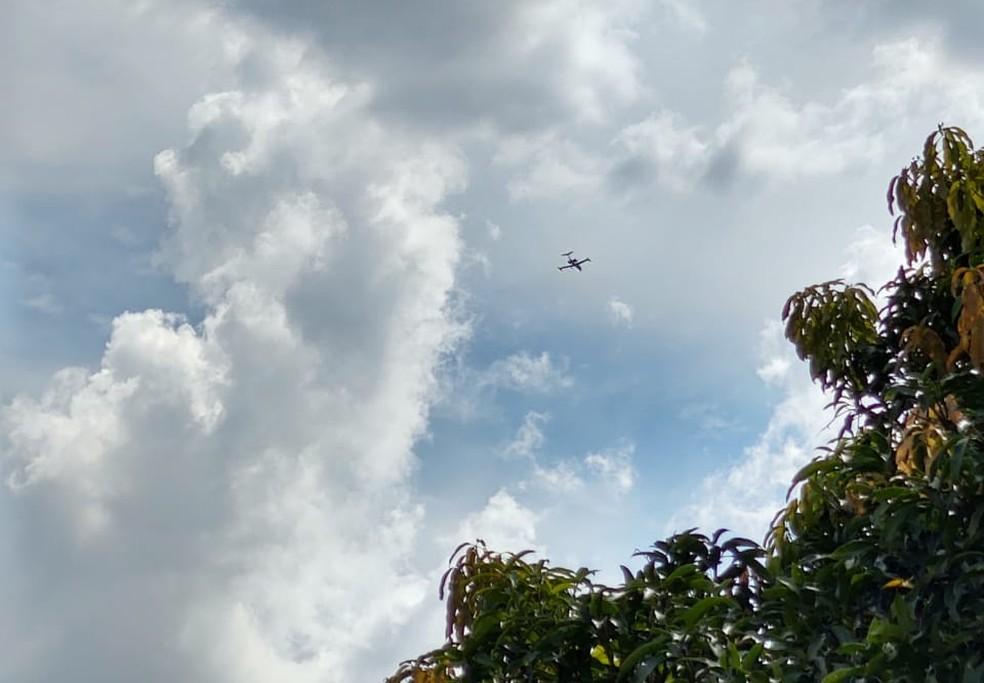 Aeronave minutos antes de cair, segundo uma testemunha. — Foto: Marcelo Ernesto / Arquivo pessoal