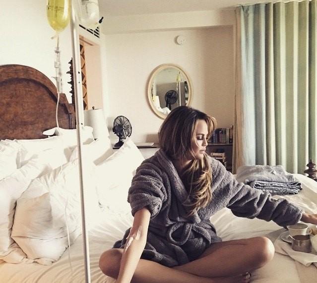 Chrissy Teigen fazendo o tratamento de vitaminas intravenosas em casa (Foto: Instagram Chrissy Teigen/ Reprodução)