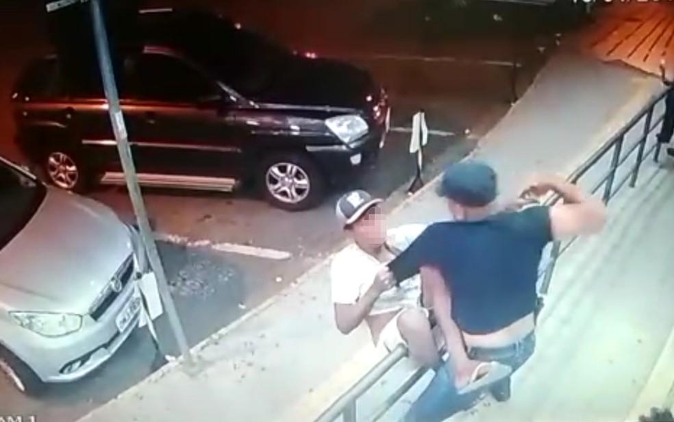 Câmera de segurança registra morte de morador de rua em frente a farmácia de Goiânia, Goiás — Foto: Divulgação/ Polícia Civil