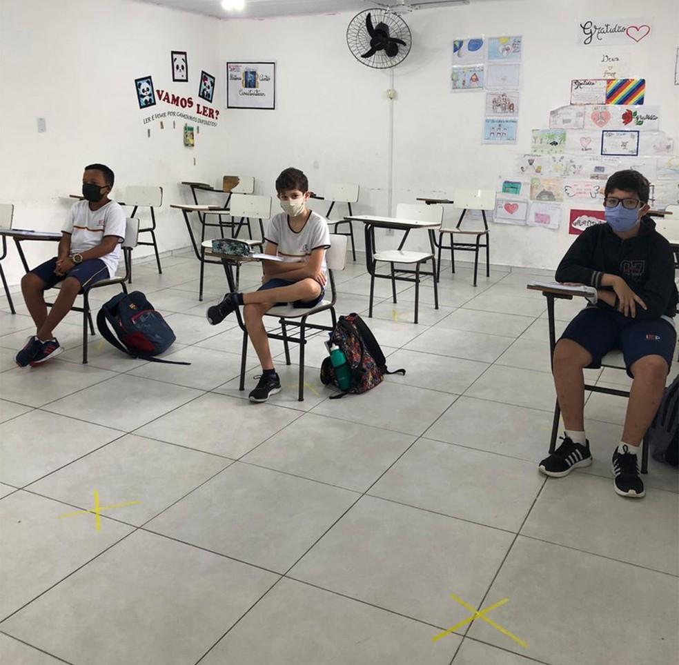 Estudantes de Prado, na Bahia, voltaram às aulas com máscaras e marcações no chão para estimular o distanciamento. Aumento no número de casos na região fez com que prefeitura decretasse fechamento. — Foto: Divulgação