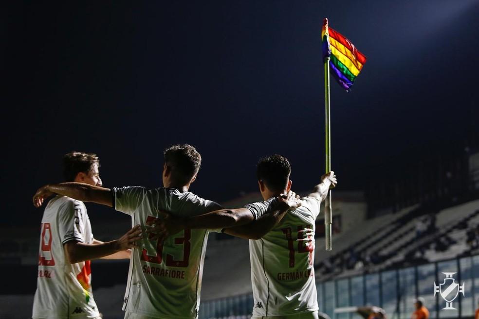 Cano comemora gol erguendo a bandeira das cores do arco-íris — Foto: Rafael Ribeiro/Vasco