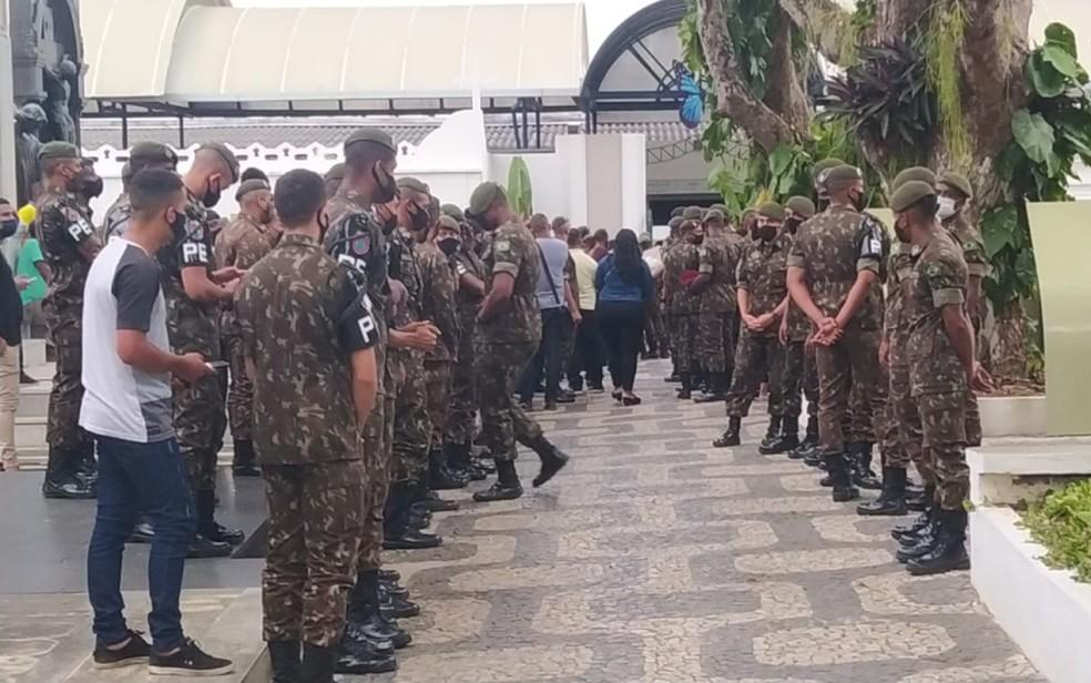 Soldado do Exército que morreu em acidente de moto é enterrado sob forte comoção em Salvador — Foto: Lisboa Junior/TV Bahia