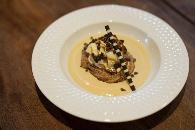 Anel de churro com sorvete de creme, ganache de doce de leite, finalizado com caramelo de manteiga salgada, raspas de chocolate belga e nibs de cacau  (Foto: Divulgação)