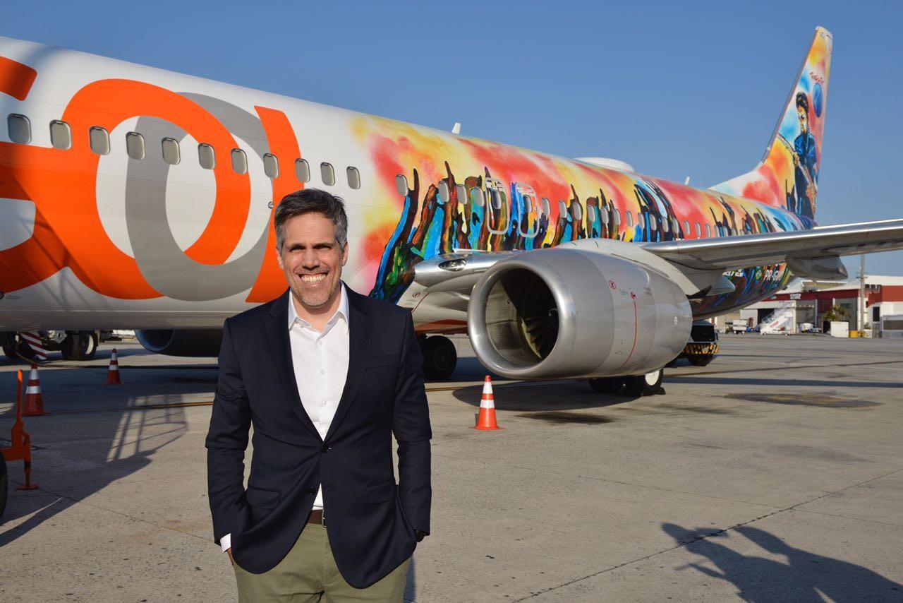 Paulo Sérgio Kakinoff, CEO da gol, em frente ao avião grafitado pelo artista cego (Foto: Daphne Ruivo)