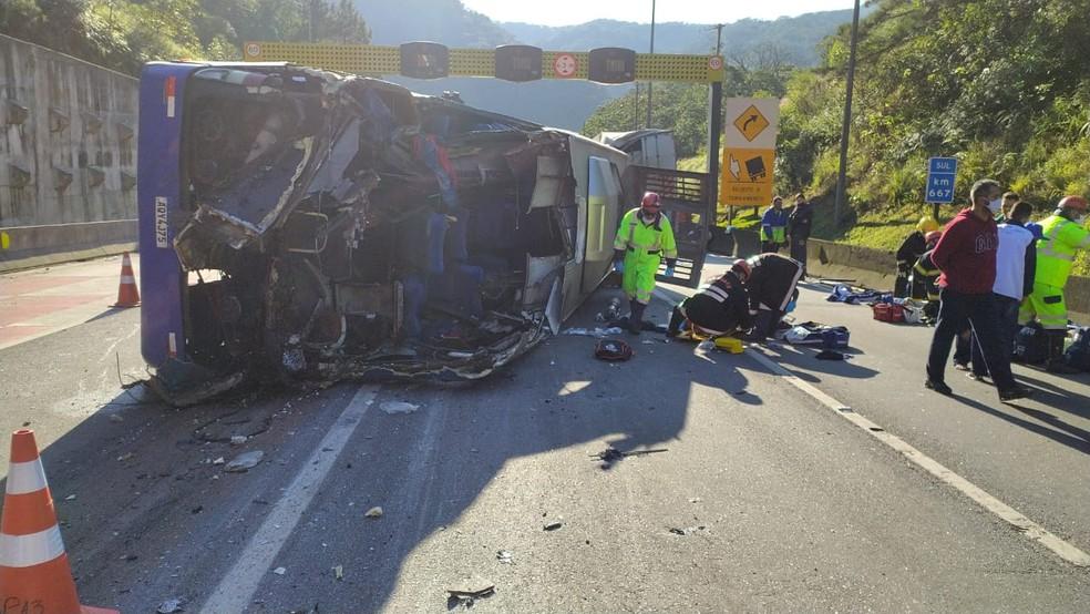 Ônibus tombou na BR-376, em Guaratuba — Foto: Divulgação/PRF