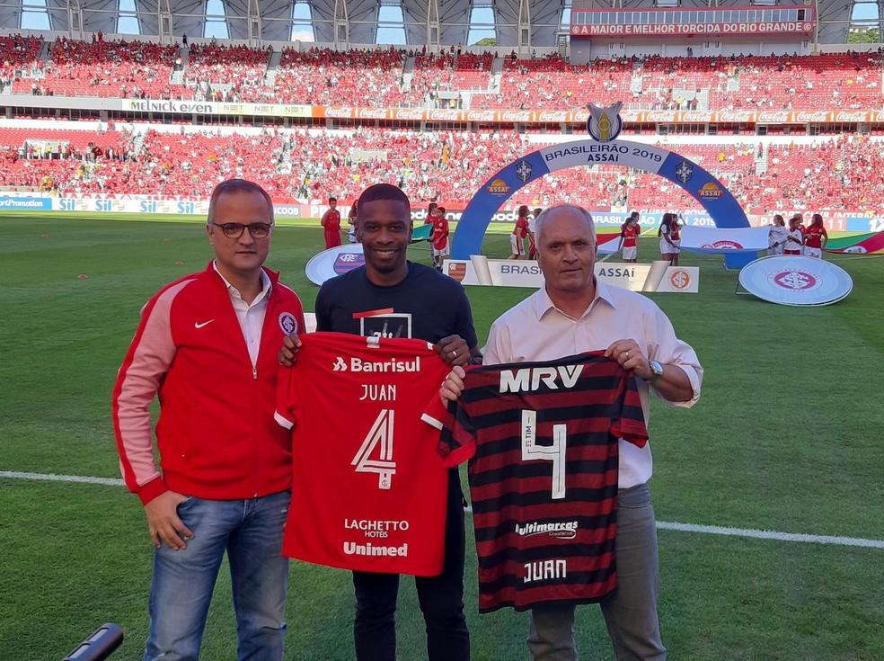 Aposentado Juan Recebe Homenagem Antes De Inter X Flamengo
