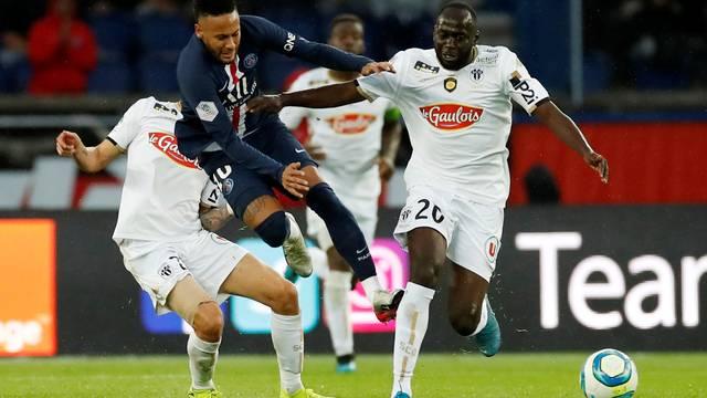 Neymar foi caçado pela marcação do Angers