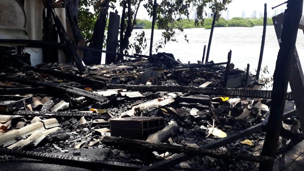 Fogo destruiu casa no bairro do Pina, no Recife, e deixou um homem morto nesta quarta (2) — Foto: Renato Ramos/TV Globo