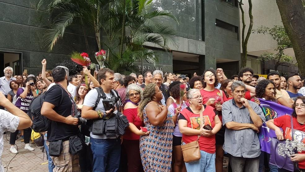 Militantes e políticos do PT esperaram a chegada da ex-presidente Dilma Rousseff, em Belo Horizonte (Foto: Flávia Cristini/G1)