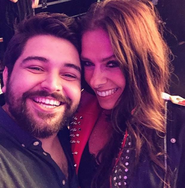 Léo Bahia e Adriane Galisteu npos bastidores de O Tempo Não Para (Foto: Reprodução/Instagram)